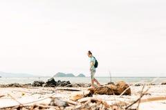 Turista dell'uomo di Hadsome che cammina sulla spiaggia fotografia stock libera da diritti
