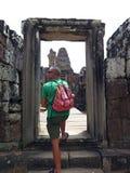 Turista dell'uomo nelle rovine di Angkor Wat Fotografie Stock Libere da Diritti