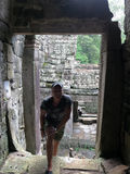 Turista dell'uomo nelle rovine di Angkor Wat Fotografia Stock