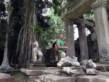 Turista dell'uomo nelle rovine di Angkor Wat Immagini Stock Libere da Diritti