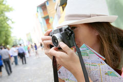 Turista della donna che prende le foto mentre viaggiando Fotografie Stock