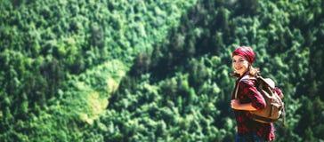 Turista della donna in cima alla montagna al tramonto all'aperto durante l'aumento Immagini Stock Libere da Diritti