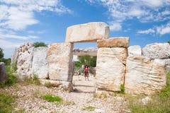 Turista della donna in città preistorica in Minorca Fotografie Stock