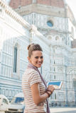 Turista della donna con il PC della compressa che ha giro di camminata, Firenze Fotografia Stock