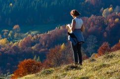 Turista della donna in montagna carpatica di autunno, Ucraina Fotografie Stock