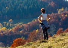 Turista della donna in montagna carpatica di autunno, Ucraina Fotografie Stock Libere da Diritti