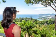Turista della donna sull'alta vista scenica immagine stock