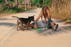 Turista della giovane donna con lo zaino sulla strada Fotografia Stock Libera da Diritti