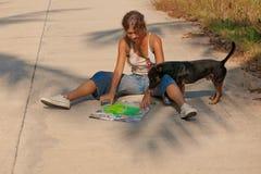 Turista della giovane donna con lo zaino sulla strada Immagine Stock