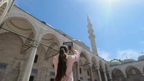 Turista della ragazza che prende le immagini di bella architettura della moschea in Turchia stock footage