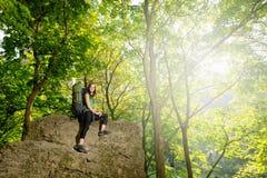Turista della ragazza con uno zaino che va alla montagna fotografie stock