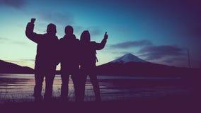Turista della siluetta con la montagna di Fuji del lago immagine stock libera da diritti