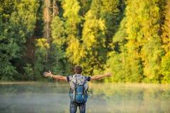 Turista despreocupado con los brazos extendidos que se colocan en mountaing fotografía de archivo libre de regalías