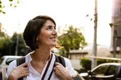 Turista di viaggiatore con zaino e sacco a pelo di viaggio della donna adulta Fotografie Stock