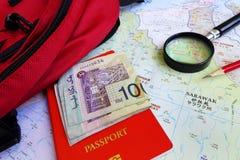 Turista di viaggiatore con zaino e sacco a pelo nel concetto del Borneo Malesia Immagine Stock