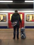 Turista di viaggio sul tubo sotterraneo Londra Immagine Stock