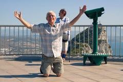 Turista divertente dell'uomo senior sulla roccia di Gibilterra Fotografie Stock