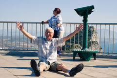 Turista divertido do homem superior na rocha de Gibraltar Imagem de Stock Royalty Free