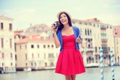 Turista do curso da mulher com a câmera em Veneza, Itália Imagens de Stock Royalty Free