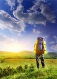 Turista do homem na montanha. Imagem de Stock