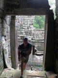 Turista do homem nas ruínas de Angkor Wat Fotografia de Stock