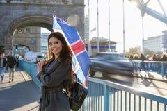 Turista do viajante de Londres com um guarda-chuva de Union Jack imagem de stock