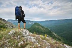 Turista do viajante na montanha fotografia de stock royalty free