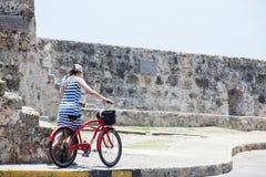 Turista e Bycicle a Cartagine de Indias fotografia stock