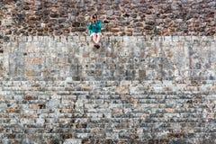 Turista e ruínas maias imagem de stock royalty free
