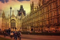 Turista ed automobili davanti alle Camere di Westminster del Parlamento al tramonto immagini stock