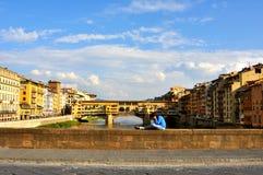 Turista em Florença, Itália em um dia ensolarado que olha nas pontes foto de stock