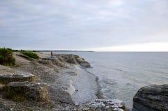 Turista em formações de rocha pelo litoral Imagens de Stock Royalty Free