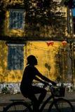 Turista em Hoi An Biking a cidade foto de stock royalty free