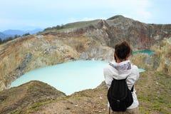 Turista em Kelimutu que olha a torneira e a lata originais dos lagos fotos de stock royalty free