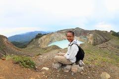 Turista em Kelimutu que olha a torneira e a lata originais dos lagos fotografia de stock royalty free