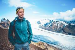 Turista em montanhas do inverno Fundo agradável da natureza Liberdade Fotografia de Stock