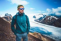 Turista em montanhas do inverno Fundo agradável da natureza Liberdade Fotos de Stock