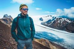 Turista em montanhas do inverno Fundo agradável da natureza Liberdade Imagens de Stock