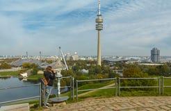 Turista em Olympiapark Munich, Alemanha imagem de stock