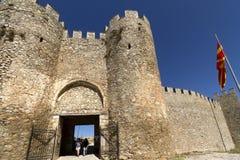 Turista em sightseeing na porta da fortaleza do rei Samuil em Ohrid, Macedônia fotos de stock royalty free