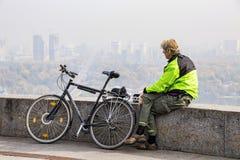 Turista em uma bicicleta que olha a cidade de Kiev Ucrânia 10 10 2017 imagens de stock royalty free