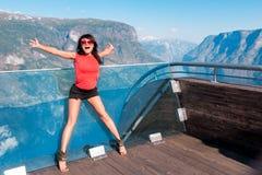Turista emozionante della donna al punto di vista di Stegastein Fotografie Stock Libere da Diritti
