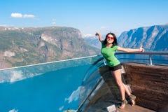 Turista emozionante della donna al punto di vista di Stegastein Fotografia Stock Libera da Diritti