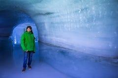 Turista en cueva de hielo del glaciar Imagenes de archivo