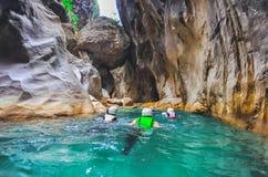 Turista en el barranco profundo de Saklikent en Turquía meridional Imagen de archivo libre de regalías