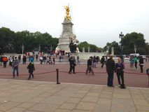 Turista en el Buckingham Palace Imagenes de archivo