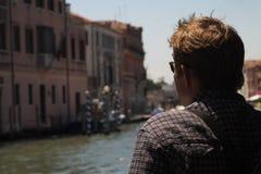 Turista en el canal de Venecia Fotos de archivo