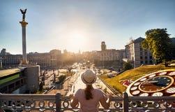 Turista en el cuadrado de la independencia en Kiev imagenes de archivo