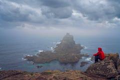 Turista en el extremo de las tierras en Cornualles Imágenes de archivo libres de regalías