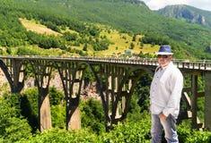 Turista en el fondo del puente Imagenes de archivo